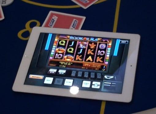 Играть в автоматы с планшета на деньги